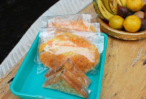 朝食のパンやフルーツのサービス