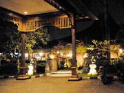 夜のレストラン外観
