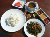 ライス、バリ風カンクン炒め、バリ風チリソース3種、フルーツプレート