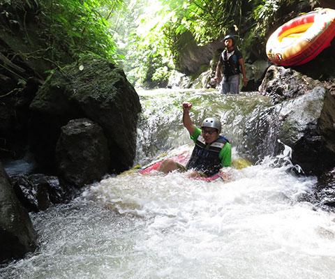のんびりと大自然を感じながら川下り