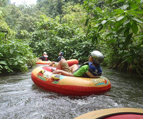 川を一人乗りボートで下ります