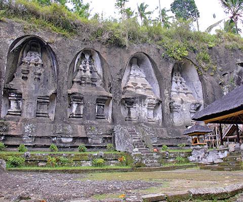 岩山に彫られた11世紀の王家の陵墓