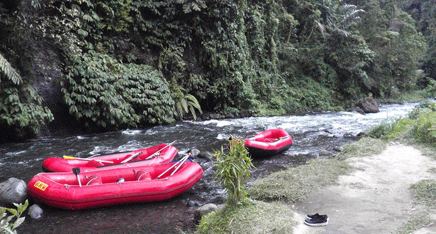 スリル満点のトラガワジャ川ラフティング