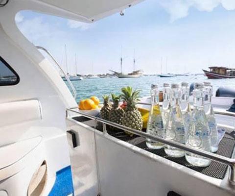 バリ島の海をクルージングする貸切ボート