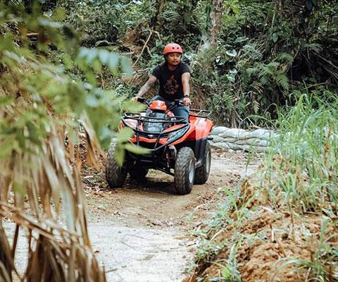 ジャングルの山道や進みにくい泥道も難なく進むATV