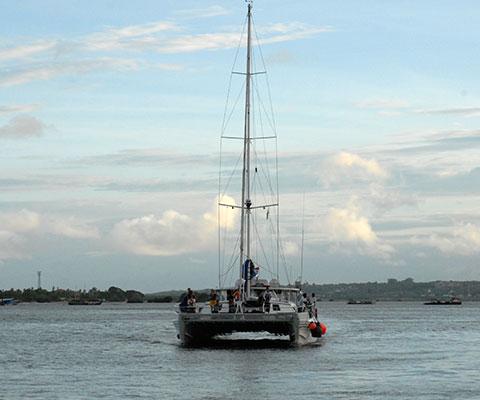ブノア湾をアリストキャットでクルージング