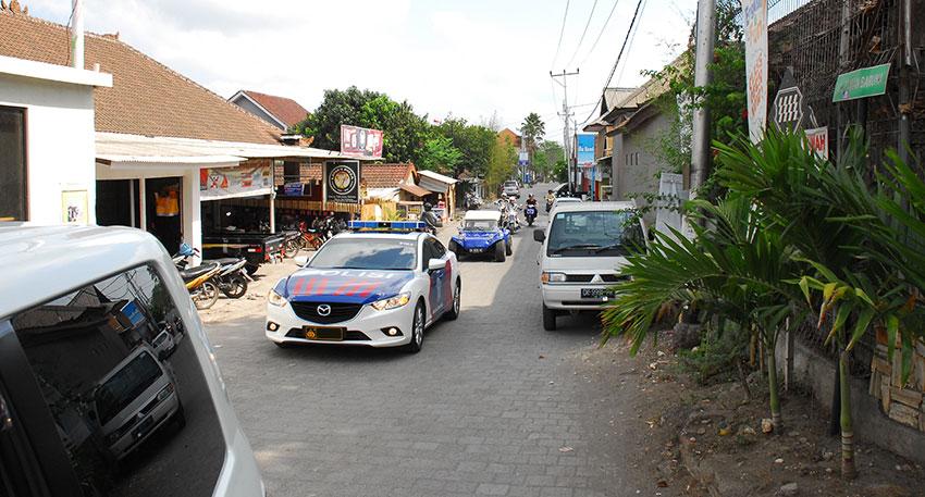 バリ島の警察官が白バイまたはパトカーでお客様の移動車を先導