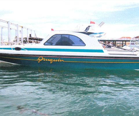 貸切ボートでレンボンガン島へ行きます