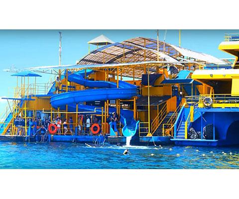 レンボンガン島沖に浮かぶ大型のポントゥーン