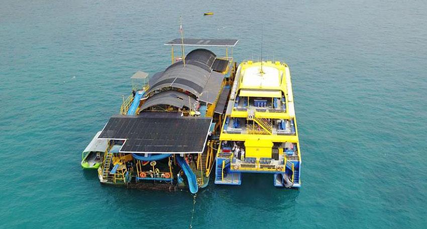 レンボンガン島沖の大型ポントゥーンでマリンアクティビティ