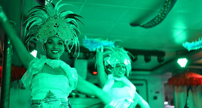 様々な種類のダンスが行われるショー