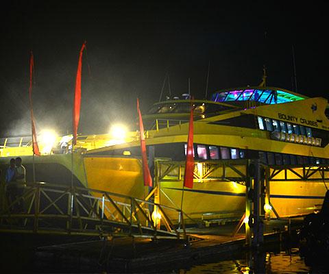 イエローのボディのバリ島最大級のクルーズ船・ボウンティ号
