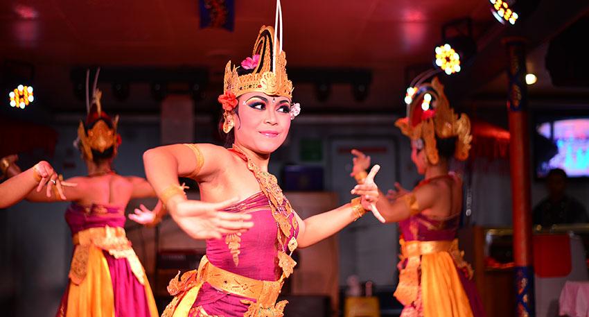 伝統舞踊もダンスショーでは観賞できます