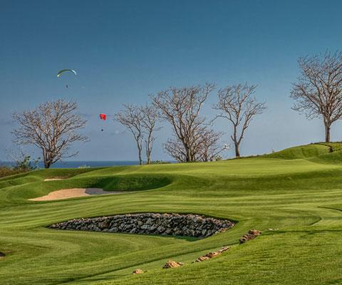 海を見ながらプレイを楽しめるゴルフ場