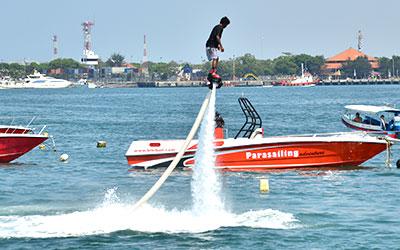 至福のバリ島観光 厳選マリンスポーツ フライジェットボード 画像