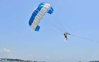 至福のバリ島観光 厳選マリンスポーツ パラセーリング 画像