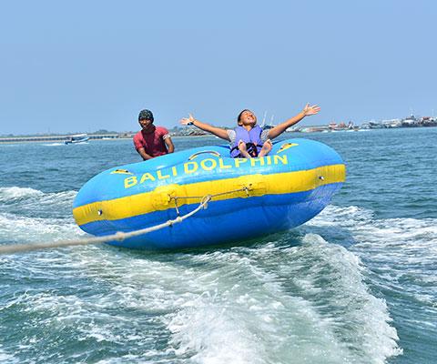 飛び跳ねるドーナツボート
