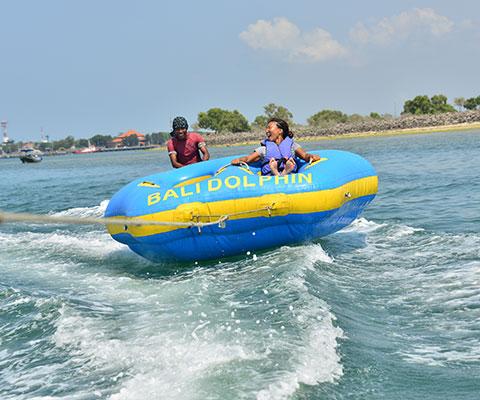 スリル満点のドーナツボート