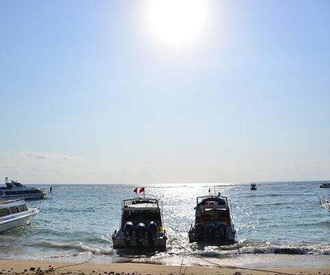 レンボンガン島は青い海が広がります