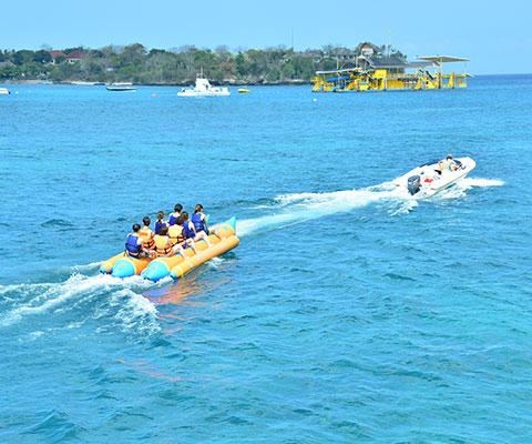 バナナボートはスリル満点で楽しめます