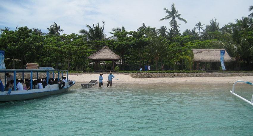 ペニダ島に上陸するヴィレッジツアー