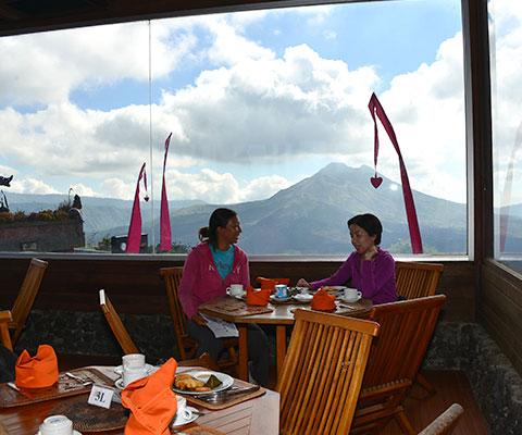 バトゥール山を眺められるマドゥ・サリ・レストランにてモーニングティー