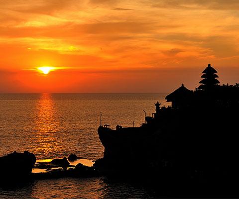 世界的にも有名な観光地・タナロット寺院も訪れます