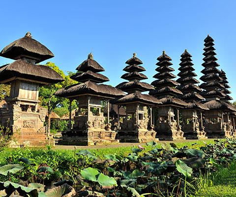 10基のアグン山をイメージしたメルが特徴的な寺院