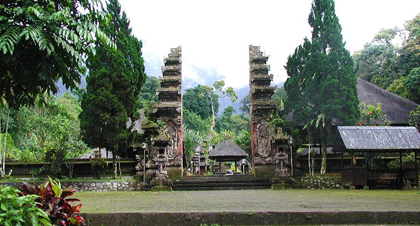 バトゥカル寺院はバリで2番目に高いバトゥカル山中腹にあります