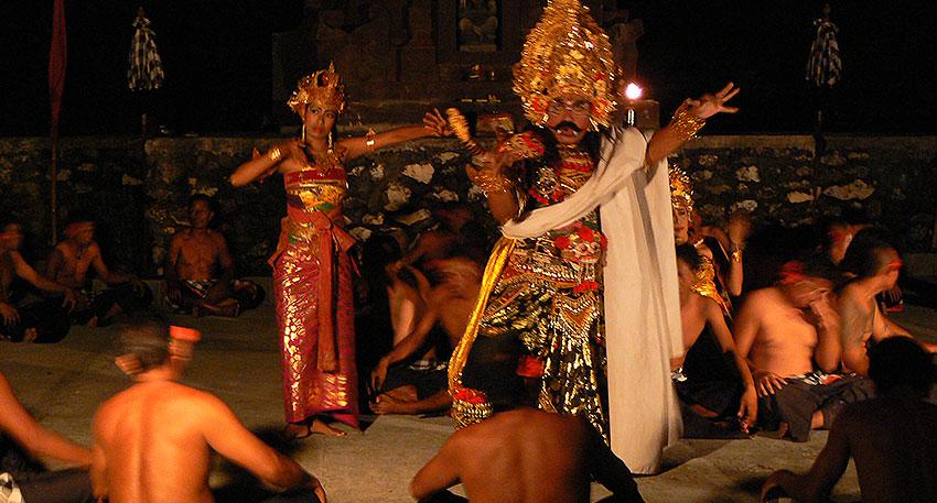 ツアーには伝統舞踊のケチャックダンス観賞も含まれています