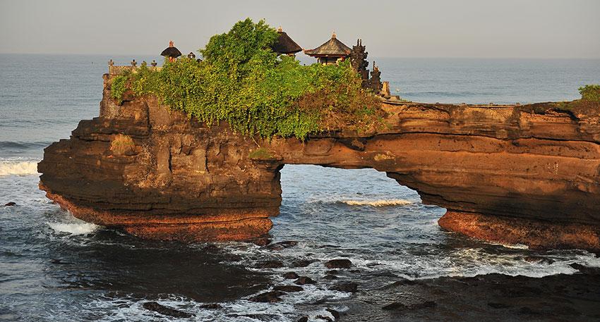 インド洋を眺める絶景や神秘的な寺院観光を楽しめます