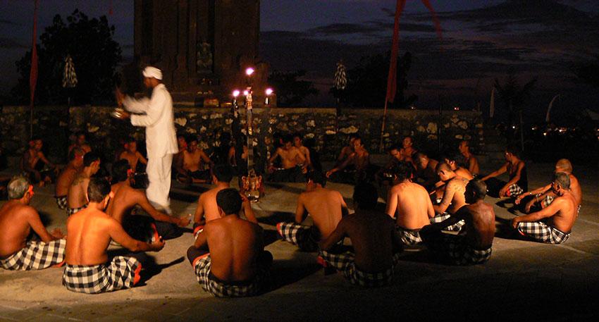 男性たちの掛け声が音楽となる迫力のある舞踊