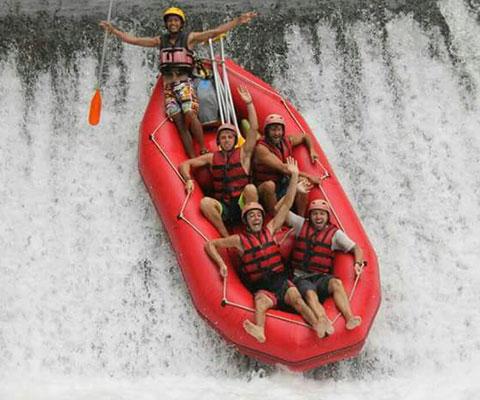 トラガワジャ川でスリル満点のラフティングを体験