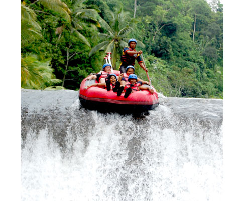 トラガワジャ川でのラフティングをお楽しみください